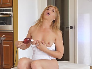 Stevie is a ravishing mart MILF in need of an intense pussy orgasm
