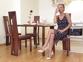 Sexually charged matured woman Bonita is bringing off around her smooth pussy