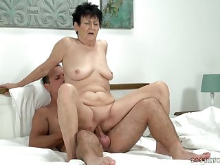 Saggy grandma bouncing up and down surpassing a dick