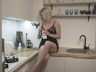 Blond housewife Jessica Best is masturbating her sex-crazy cunt spreading toes wide undeceiving